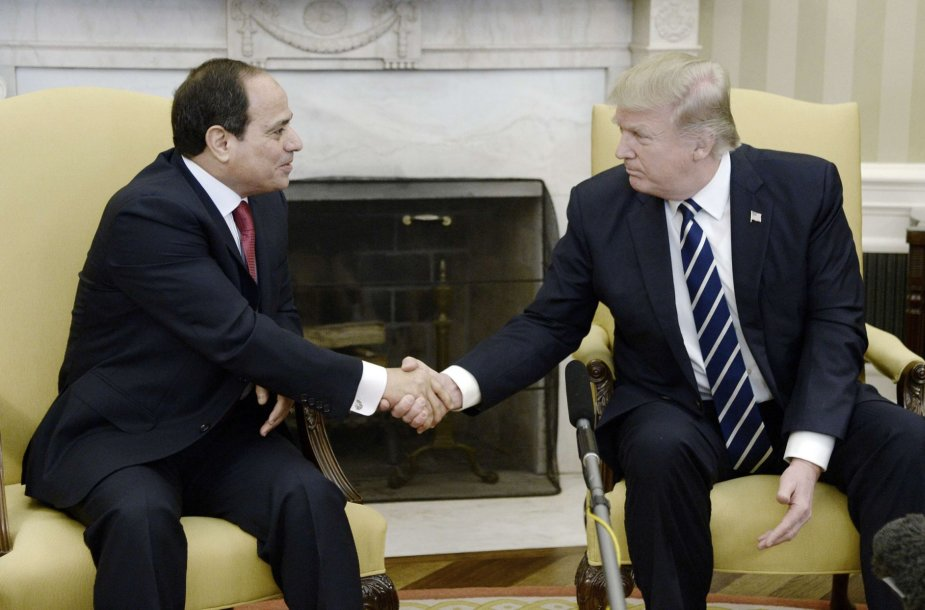 Abdelis Fattahas al Sisi ir Donaldas Trumpas Baltuosiuose rūmuose