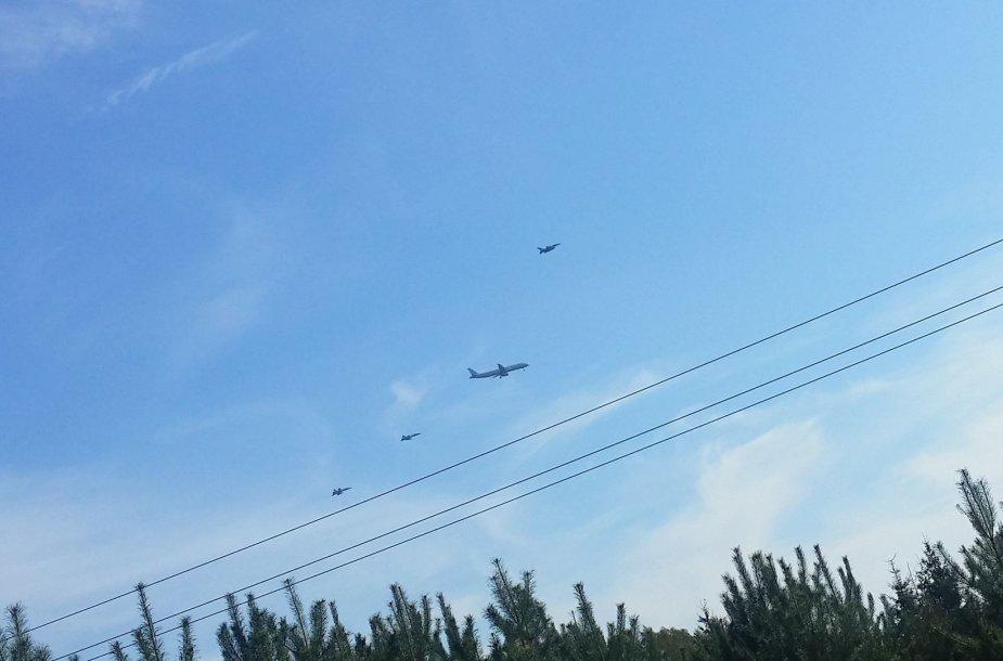 NATO naikintuvai lydi lėktuvą