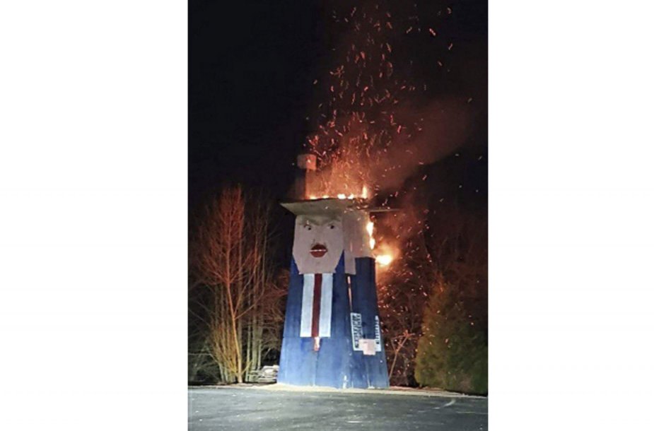 Slovėnijoje supleškinta Donaldą Trumpą pašiepianti medinė skulptūra