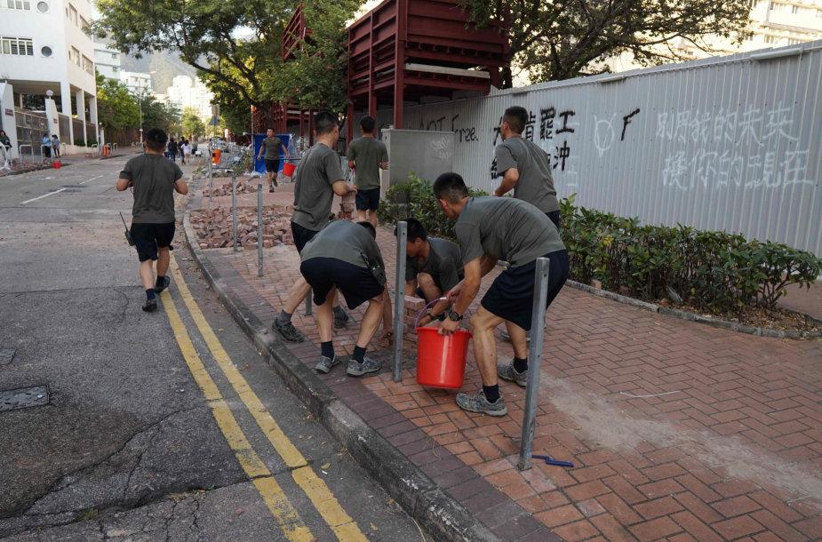 Honkongas po masinių neramumų savaitės pradeda valyti gatves