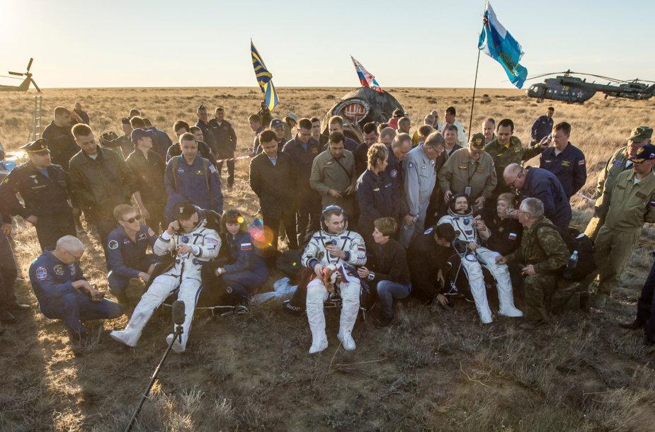 Į Žemę sugrįžo trys astronautai