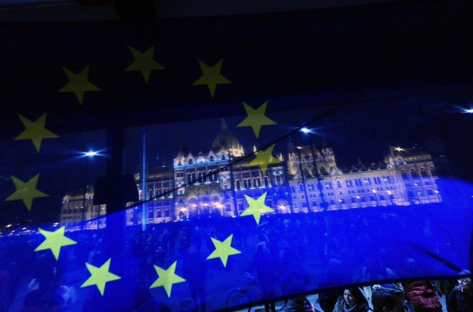 ES vėliava Budapešte priešais Vengrijos parlamento pastatą