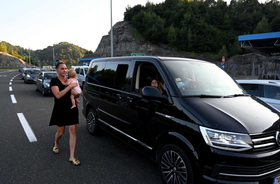 Savaitgalį Austrijos ir Slovėnijos pasienyje susidarė ilgos vasarotojų automobilių eilės