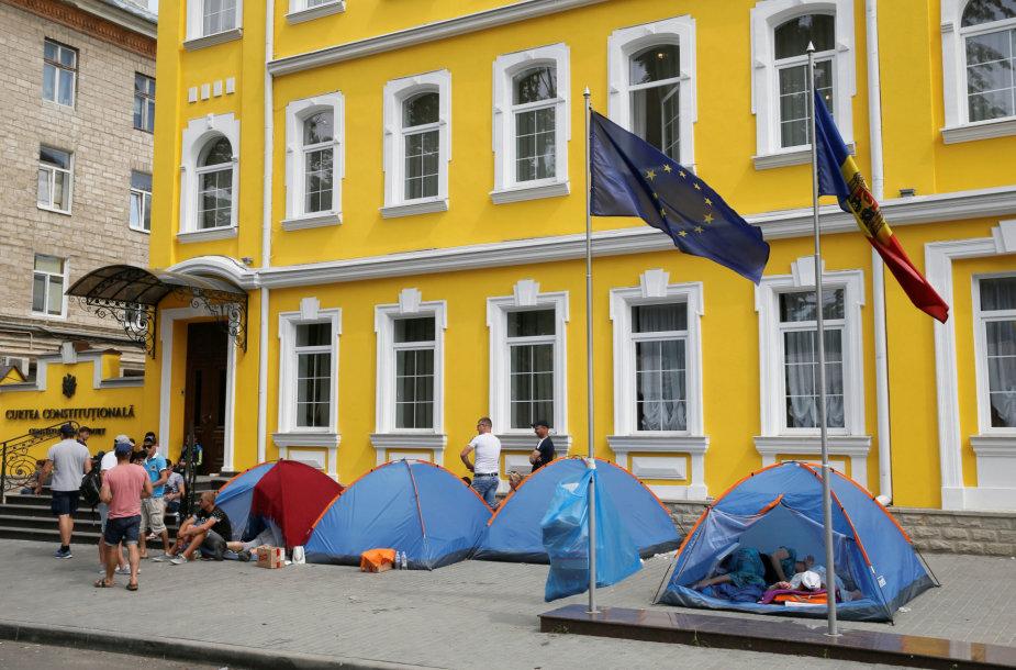 Protestuotojai prie Moldovos Konstitucinio Teismo pastato