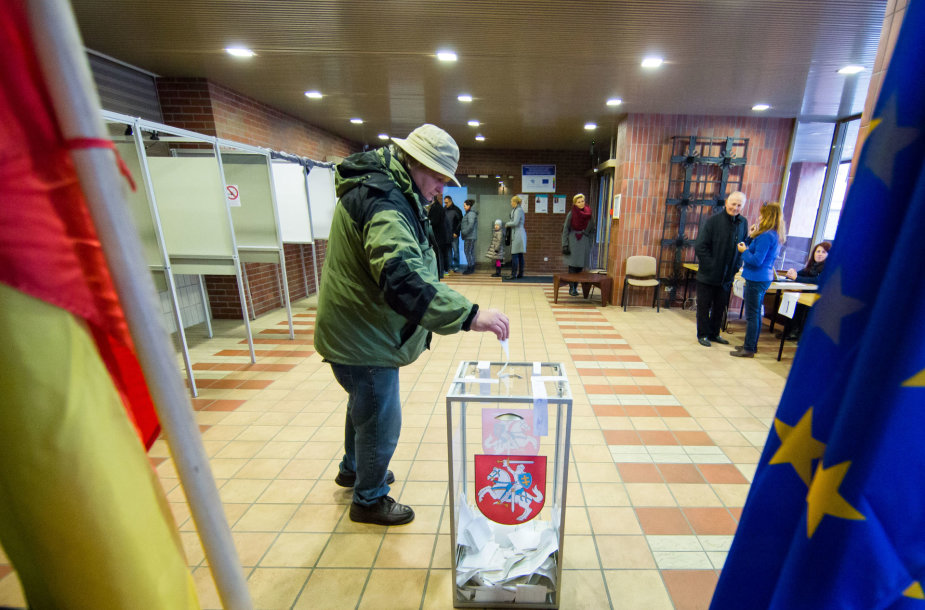 Piliečiai balsuoja antrajame Seimo rinkimų ture