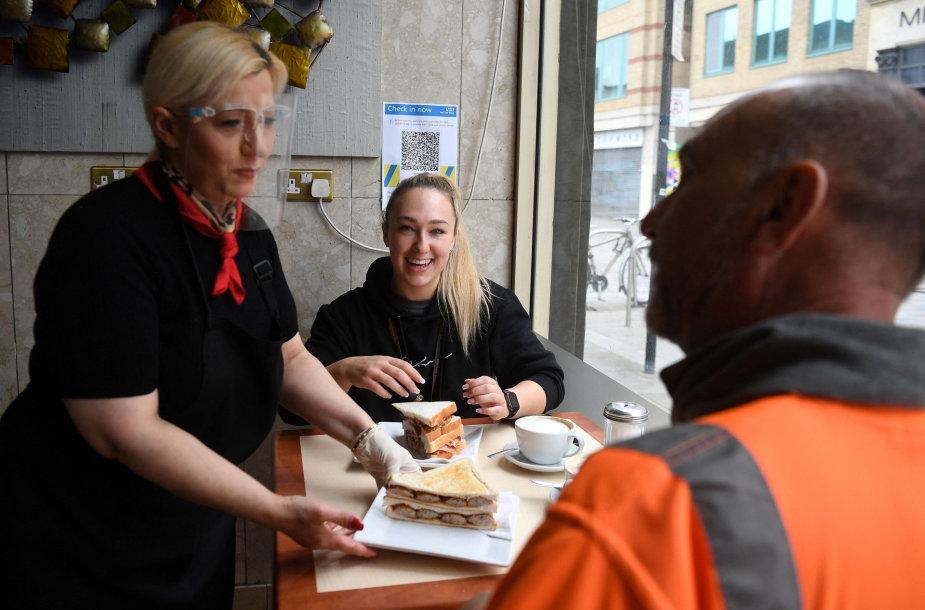 Anglijoje, Velse ir beveik visoje Škotijoje aludės, restoranai ir kavinės vėl gali aptarnauti lankytojus viduje