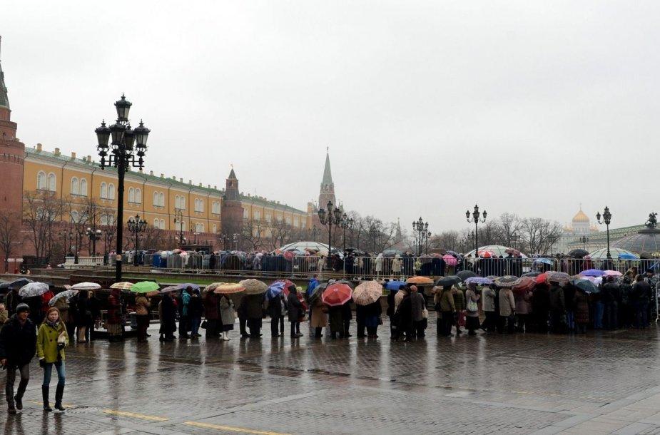 Žmonės laukia eilėje prie parodos apie Romanovų dinastiją
