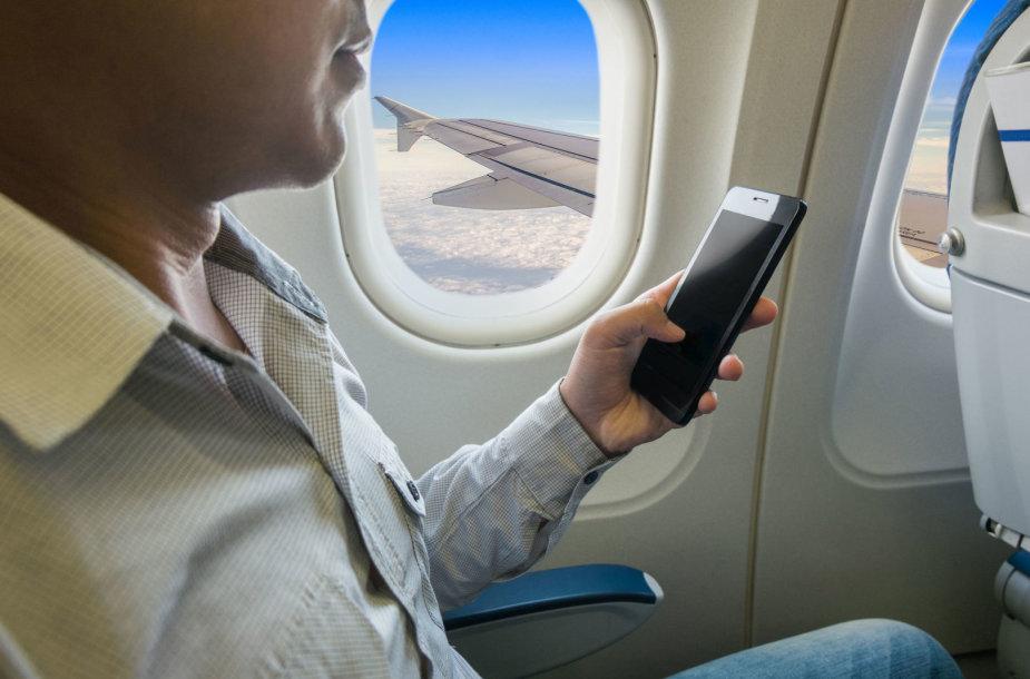 Išmanusis telefonas lėktuve