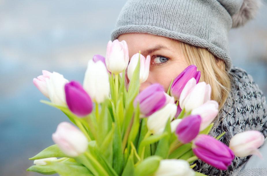 Mergina su tulpėmis