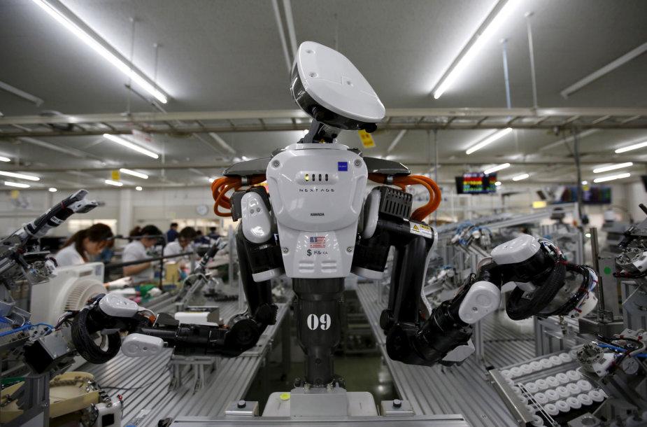 Robotas dirba gamykloje Tokijuje