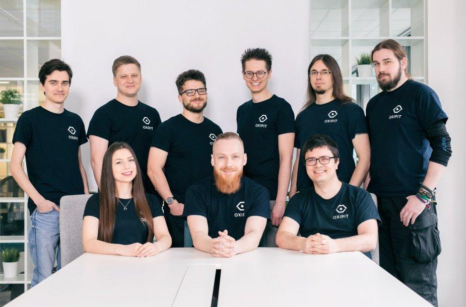 """G.Pekšys (nuotraukos viduryje sėdi) su """"Oxipit"""" komanda (2020)."""