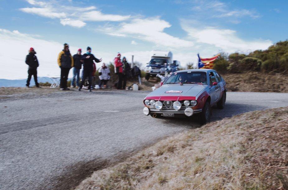 """Karolis Raišys ir Vidimantas Gečiauskas su 1965 m. gamybos britišku """"MGB Roadster""""."""