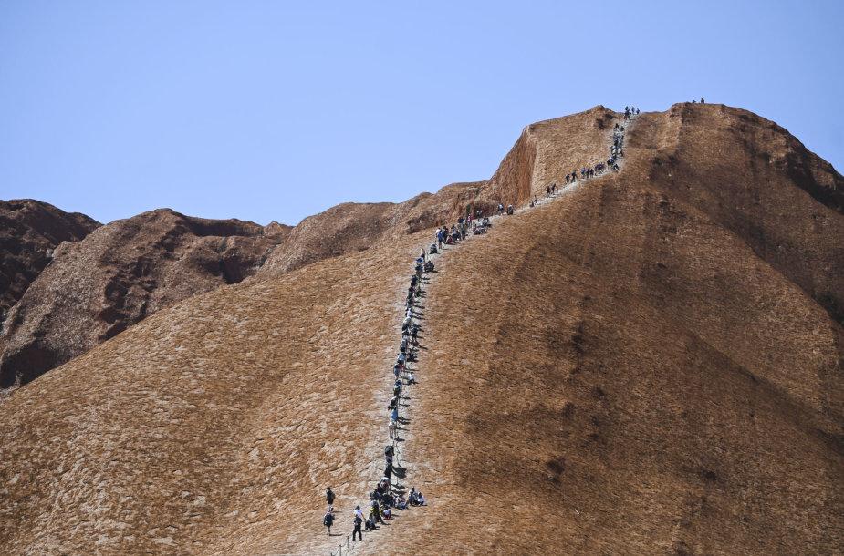 Turistai plūsta prie Australijos Uluru kalno paskutiniam kopimui
