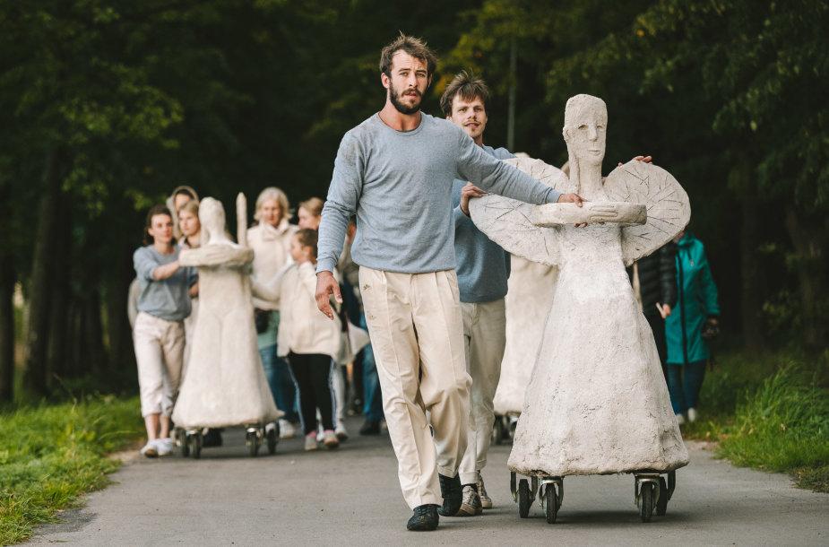"""Linksmakalnyje pristatytas tarptautinės menininkų komandos projektas – šiuolaikinio cirko spektaklis """"Radijo angelai: atvykimas""""."""