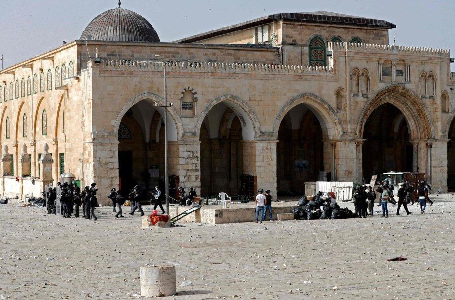 Palestiniečiai susiduria su Izraelio pareigūnais prie Al Aksos mečetės
