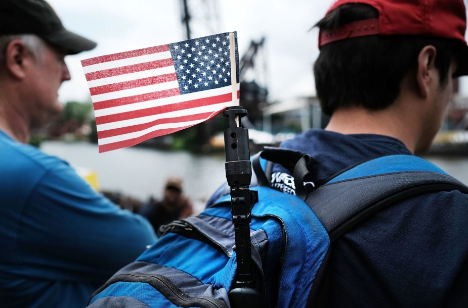Į šautuvo vamzdį įkišta JAV vėliava