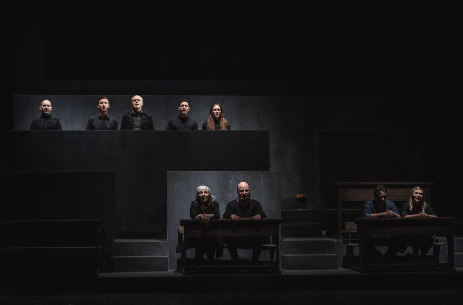 """O.Koršunovo spektaklio """"Mūsų klasė"""" akimirka"""