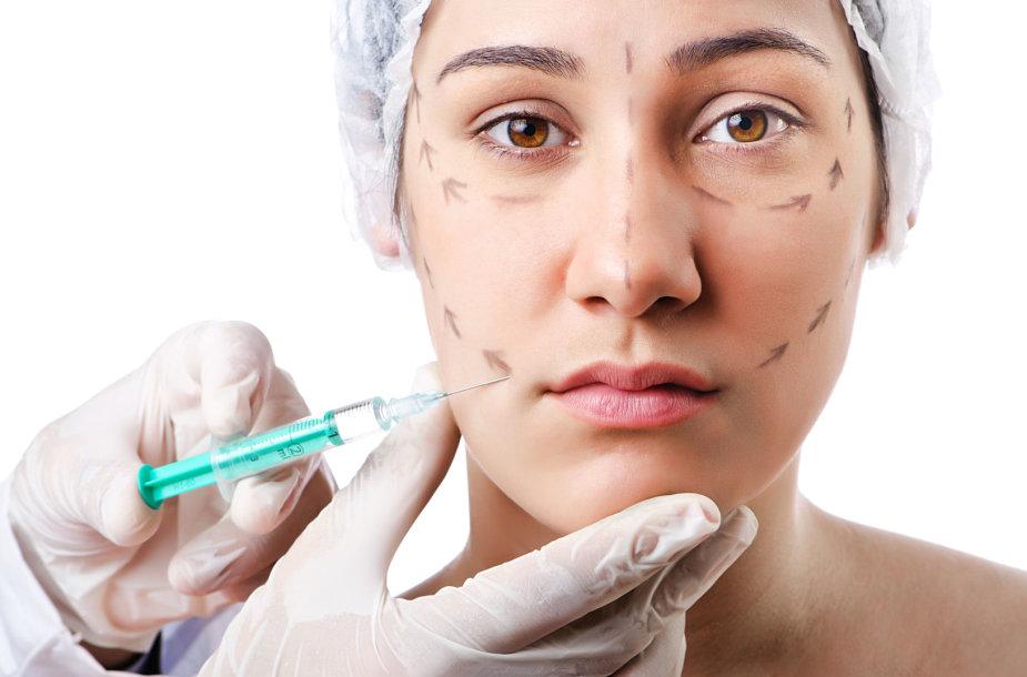 Moteriai aliekama grožio procedūra