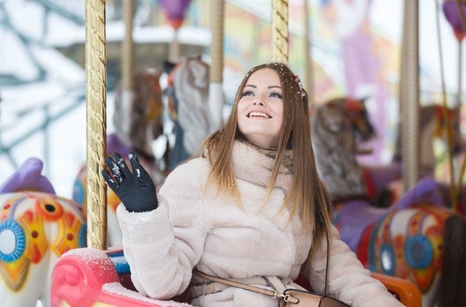 Moteris karuselėje