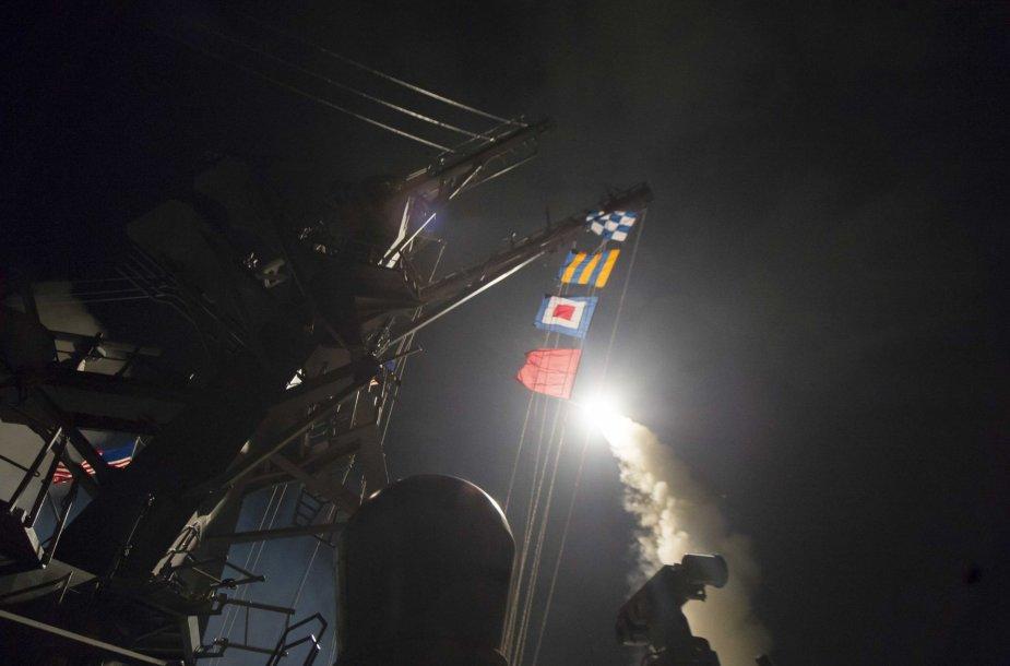 """Sparnuotoji raketa """"Tomahawk"""" kyla iš JAV laivo."""