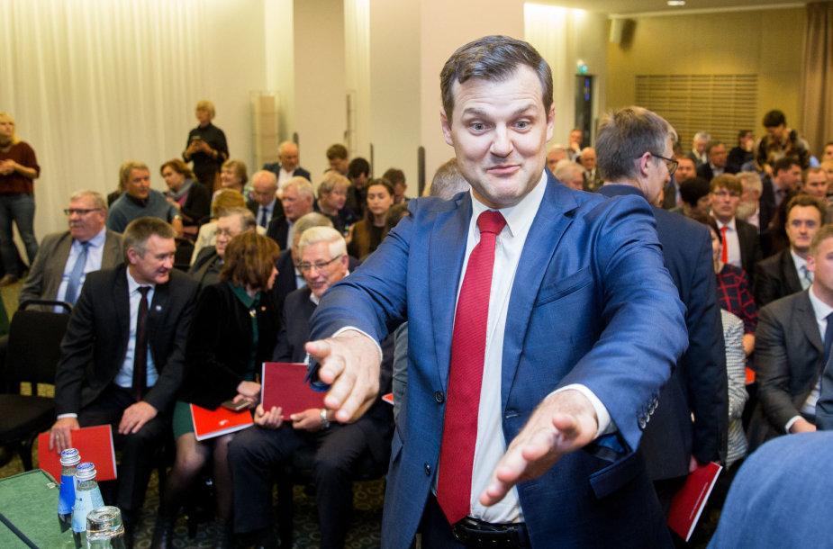Gintautas Paluckas veja žurnalistus norėdamas pradėti susirinkimą