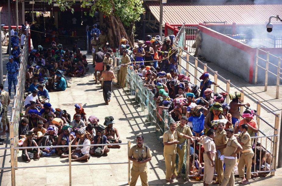 Indijoje per protestus prie svarbios šventyklos policija panaudojo ašarines dujas