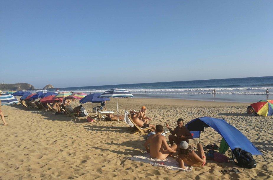 Turistai Zipolite paplūdimyje Meksikoje