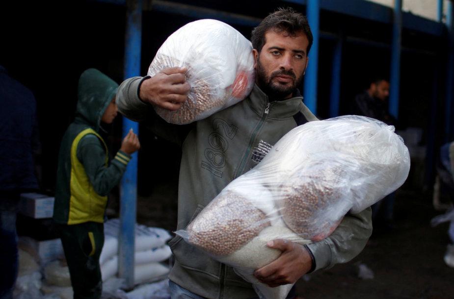Palestinietis su maisto daviniais