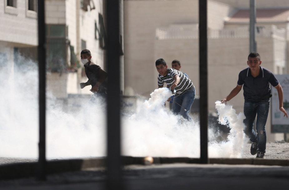 Al Aksos mečetės komplekse jau tris dienas nesiliauja palestiniečių ir Izraelio saugumo pajėgų susirėmimai.