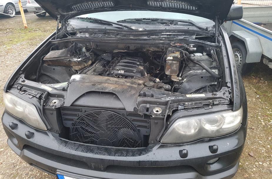 Taip BMW X5 atrodė po gaisro