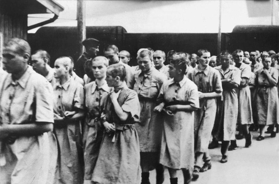 Moterys kalinės vedamos į darbo stovyklą