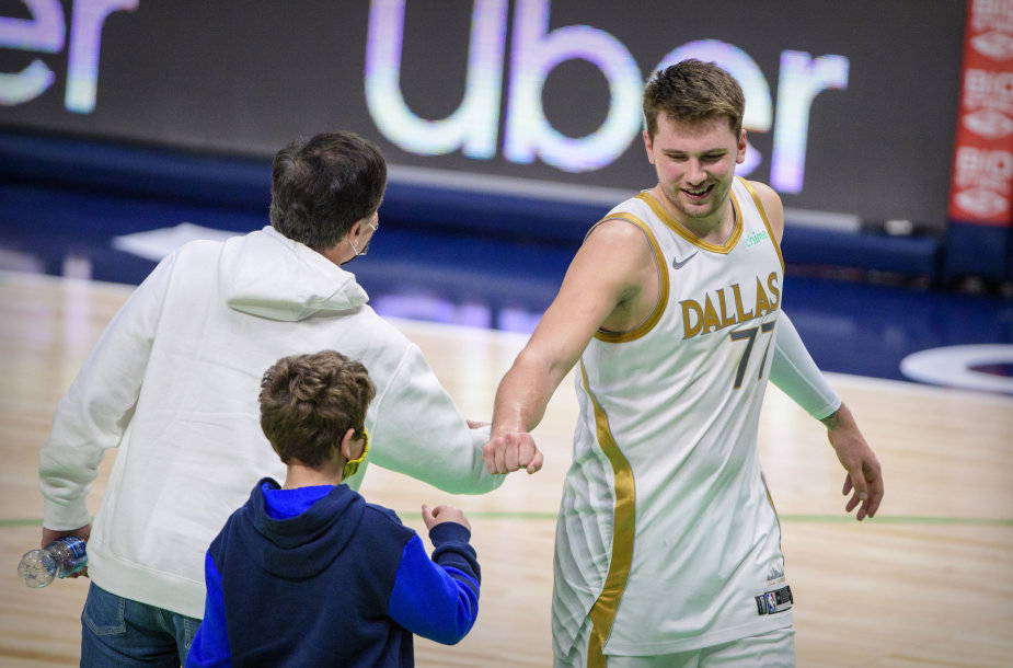 """Luka Dončičius po rungtynių sveikinasi su """"Mavericks"""" savininku Marku Cubanu ir jo sūnumi Jake'u"""