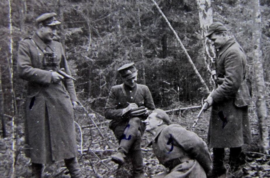 Didžiosios Kovos apygardos partizanų Karo lauko teismo inscenizacija. Iš kairės: Romualdas Randis-Meška, Pranas Jaromskas-Perkūnas, Zigmas Žičius-Galiūnas ir Pranas Dzimidavičius-Puntukas. Henriko Dimšos nuotrauka, daryta 1946 m. pavasarį.