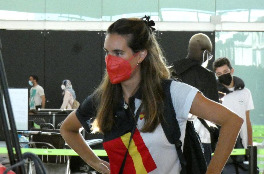 Ona Carbonell piktinosi Barselonos oro uoste, kad negali pasiimti į Tokiją kūdikio.