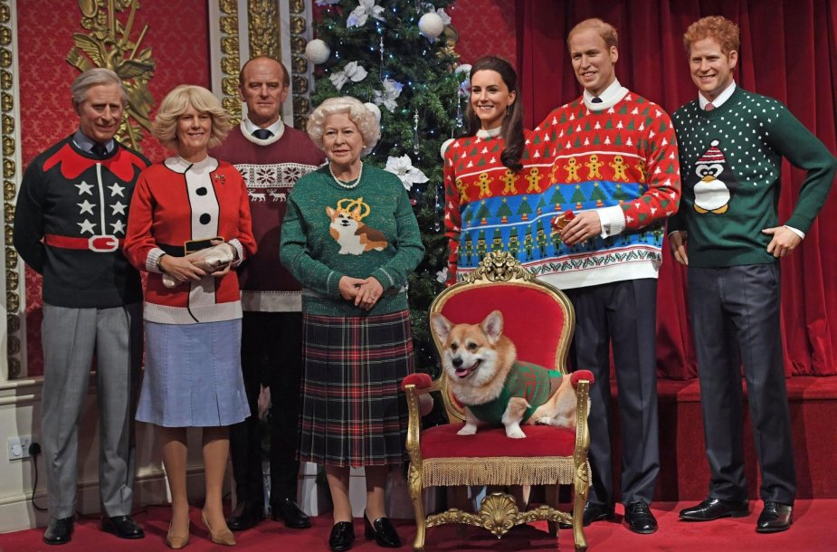 """""""Madame Tussauds"""" muziejus britų karališkąją šeimą aprengė kalėdiniais megztiniais"""