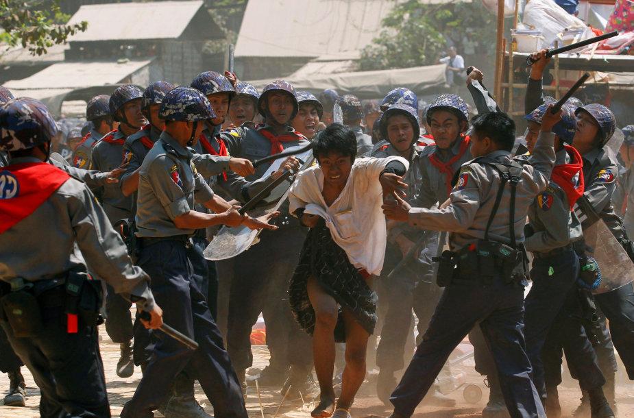 Mianmaras, 2015 kovo 10 d. Policininkai muša pagautą protestuojantį studentą