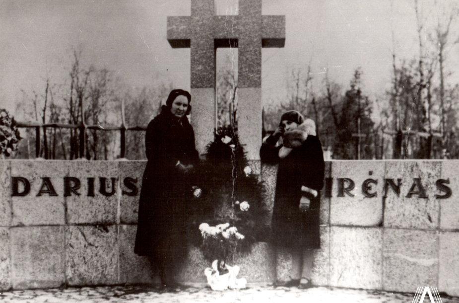 """Prie """"Lituanica"""" lakūnų Stepono Dariaus ir Stasio Girėno mauzoliejus Kauno karių kapinėse stovi Stepono Dariaus žmona ir dukra. 1937 m."""
