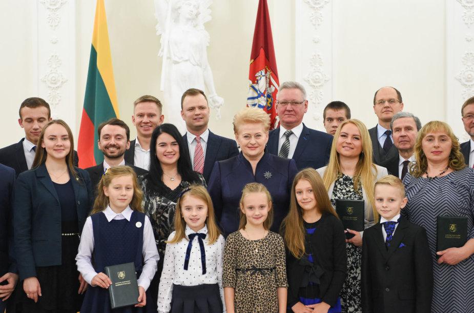 Dalia Grybauskaitė apdovanojo dešimtojo Konstitucijos egzamino nugalėtojus