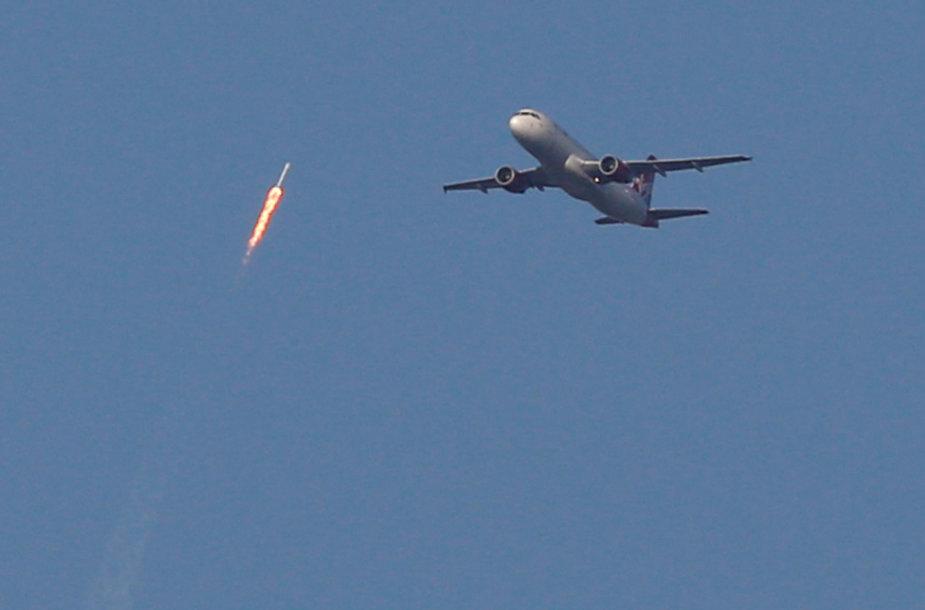 """Iš panaudotų detalių surinktos """"SpaceX"""" raketos paleidimas"""