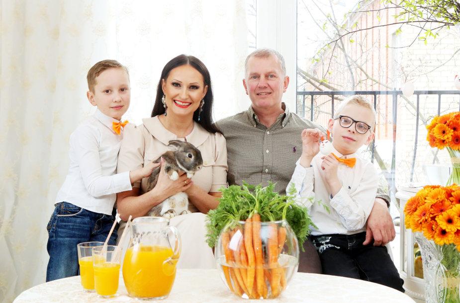Inga Budrienė su vyru Dariumi ir vaikais – Kerniumi ir Mantu (dešinėje)