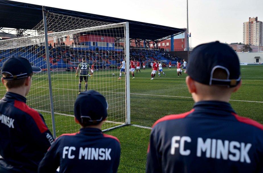 Baltarusijoje koronaviruso fone vyksta futbolo rungtynės su žiūrovais.