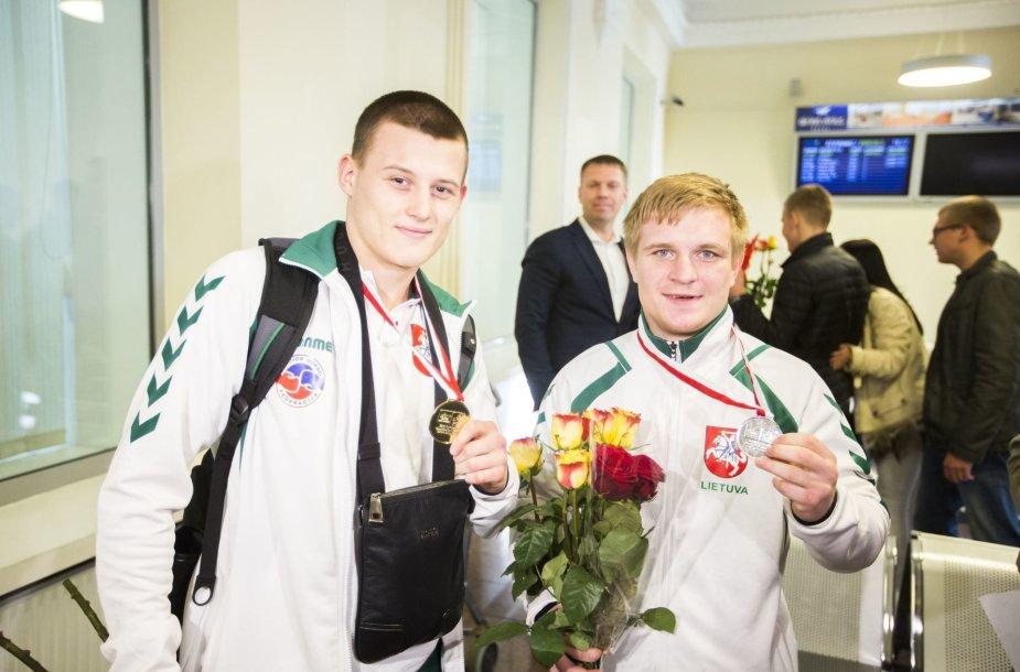 Į Lietuvą sugrįžo kelialapius į olimpines žaidynes iškovoję boksininkai Eimantas Stanionis ir Evaldas Petrauskas