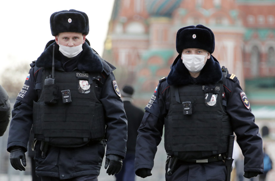 Maskvos policijos pareigūnai per pandemiją
