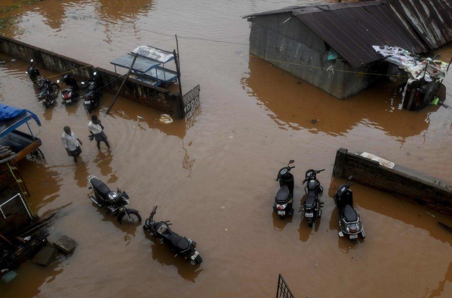 Pietų Indijoje ciklonas Nivar pareikalavo mažiausiai trijų gyvybių