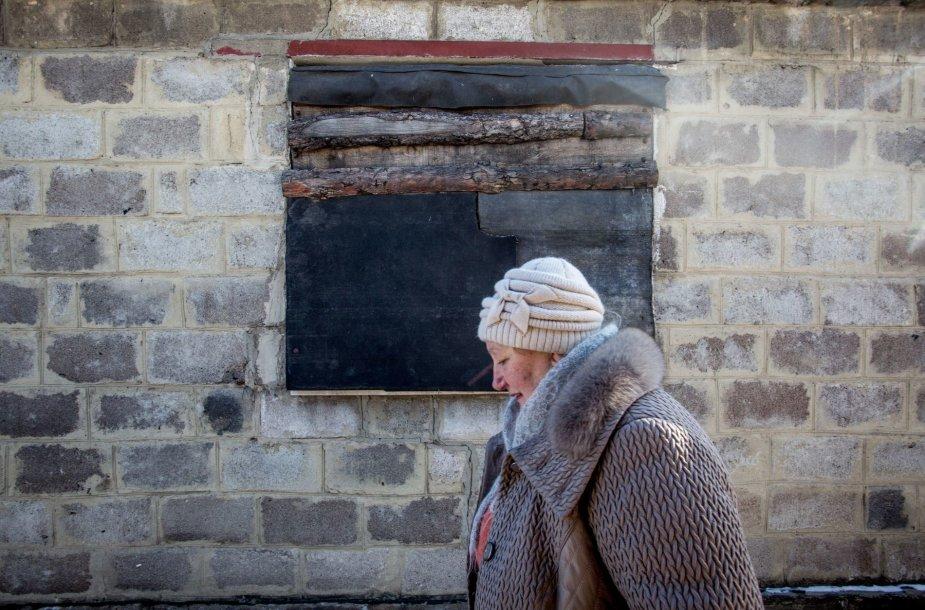 Marjinkos priešakinėse linijose gyvenanti Valentina eina pro savo namo užkaltus langus
