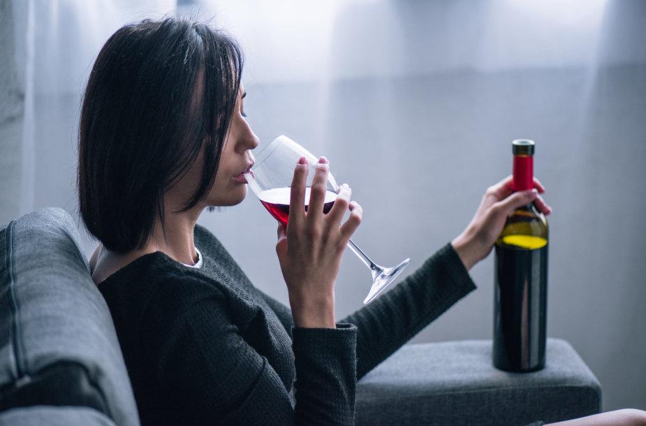 Alkoholį gerianti moteris