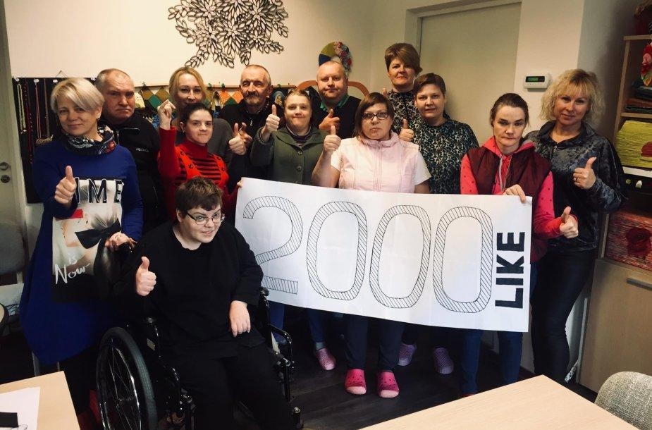 Neįgalieji dalyvauja socialinėse dirbtuvėse ir kuria rankdarbius