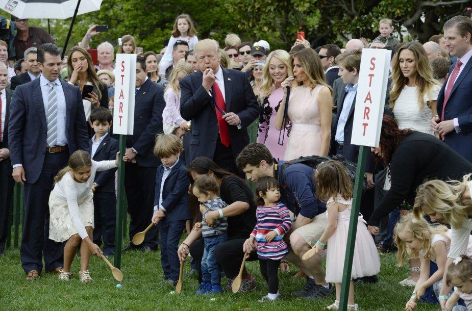 Baltuosiuose rūmuose vyko pirmosios D.Trumpo margučių ridenimo varžybos.