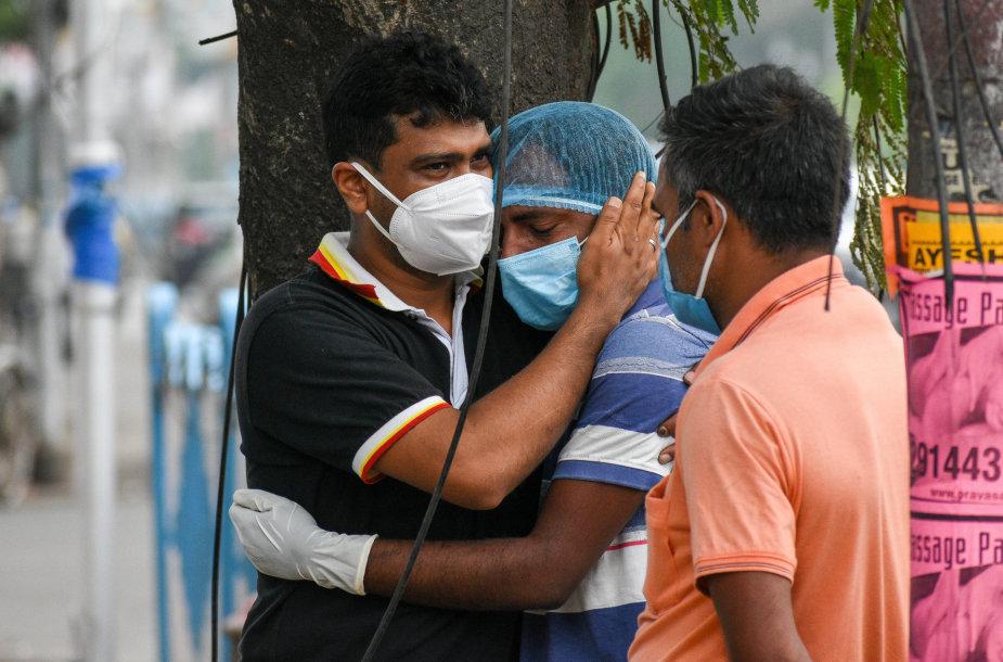 Indija kenčia nuo antrosios viruso bangos