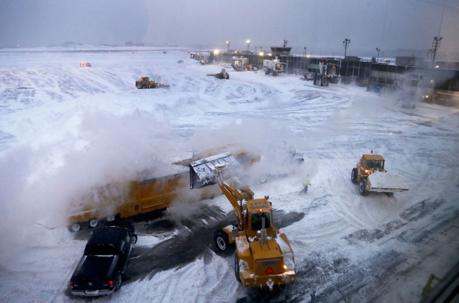 Valomas sniegas J.F.Kennedy oro uoste.